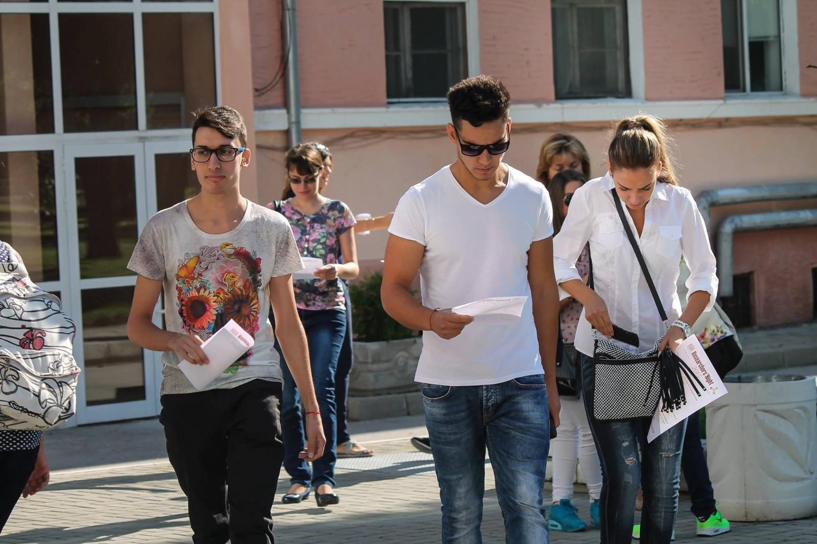 Студенти пред Аудиторен комплекс на Медицински университет - Пловдив